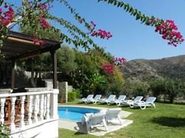 ligbedden voorzien van kussens, parasol en dientafels ter beschikking. Evenals op terras zijn zonneweringen ter beschikking.