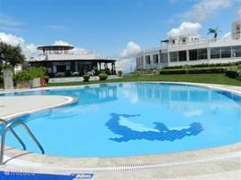 communaal zwembad,één van de 8 buitenzwembaden, ook ter uwer beschikking, dit zelfs met het privézwembad van Kamelya 20