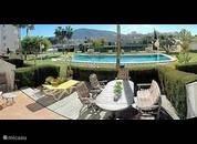 Groot zonnig terras op het zuiden met zwembad