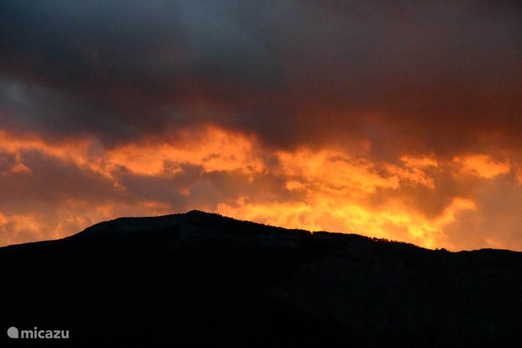 Een van de vele prachtige zonsondergangen vanuit ons huis