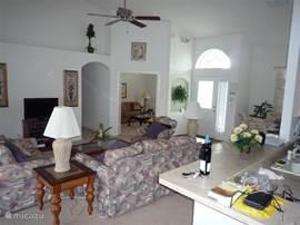 Woonkamer met Flatscreen t.v en fan's in alle vertrekken alle slaapkamers zijn voorzien van airco en fan's.