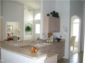keuken is echt van alle gemakken voorzien koffiezet apparaat brood rooster,oven, magnetron, vaatwasser, sinaasappel pers aparte ruime voor wasmachine en droger stijkijzer