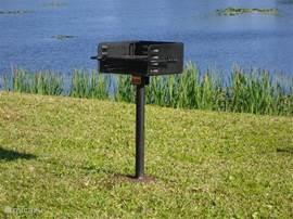 We hebben een nieuwe BBQ geplaatst  die iedereen kan en mag gebruiken met een uniek uitzicht op het meer. Alleen zelf even schoonmaken voor vertrek A.U.B bij voorbaat dank