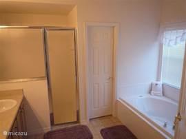Villa jasmine lakeview in clermont florida verenigde staten huren - Deco master suite met badkamer ...