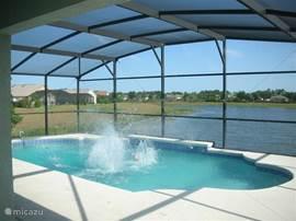 Zwemmen in uw prive zwembad met veel privacy en uitzicht op het meer