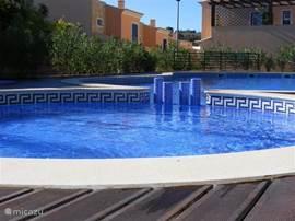 Gemeenschappelijk zwembad Casa Montinho Novo met apart kindergedeelte.