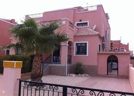 Villa Herrada is een schitterende vakantiewoning. Slechts 40 min. van Alicante luchthaven. De populaire badplaats Torrevieja en de prachtige stranden van Playa Moncayo,La Mata en Guardamar zijn in 10-15 minuten te bereiken.