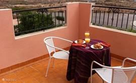 Via de masterbedroom heeft u toegang tot een ruim balkon en kunt u heerlijk in de zon van het ontbijt genieten!