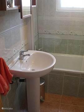 Badkamer eerste verdieping met ligbad/douche,toilet,bidet,wastafel en verstelbare spiegel.