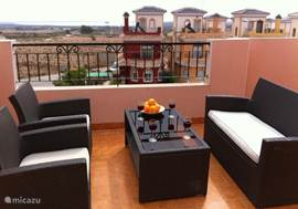 Op de tweede verdieping komt u op een zeer ruim dakterras, heerlijk om in alle privacy te zonnen of om te genieten van een hapje en een drankje op de lounge set. Het uitzicht is vrij en u kijkt uit over landerijen en op 1 van de 2 grote zoutmeren van Torrevieja.