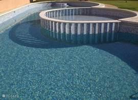 Gemeenschappelijk zwembad 2 minuten lopen van de villa. Het terrein is aan 2 kanten te bereiken en afgesloten voor niet bewoners. U krijgt de sleutel bij aankomst.