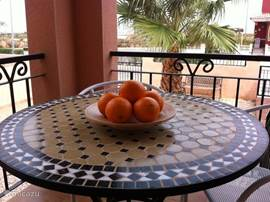 Een heerlijke en knusse veranda waar het vooral in de ochtend en namiddag goed toeven is.