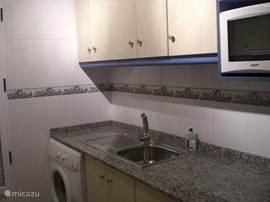 Keuken incl. koffiezetapparaat,waterkoker,broodrooster,magnetron,oven,sinasappelperser en wasmachine. Volledig bestek/borden/glazen en keukengerei.