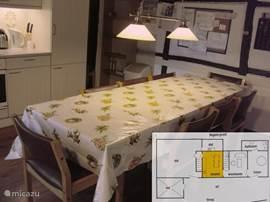 De keuken is van alle gemakken voorzien en is bij uitstek het trefcentrum van het huis