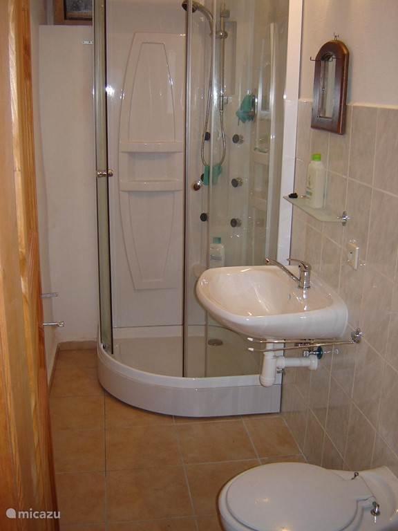 en de 2e badkamer