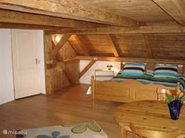 Nogmaals de 4e slaapkamer boven met 1 tweepersoonsbed en 2 een persoonsbedden