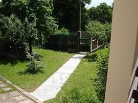 Het tuinpad vanaf het huis gezien