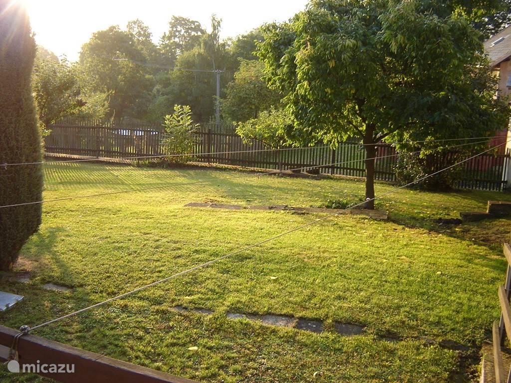 De omsloten tuin waar de kinderen lekker kunnen spelen