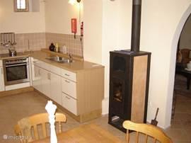 In de keuken staat een gezellige houtkachel . De kolen gestookte centrale verwarming zorgt er voor dat de gehele woning beneden heerlijk verwarmt is. Geen zin in stoken? In de woonkamer, keuken en slaapkamers beneden zijn  infrarood elementen aangebracht