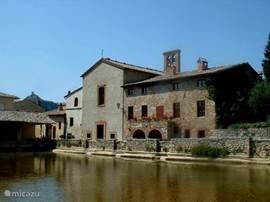 Bagno Vignoni (circa 25 km) met groot waterplein. Het oude thermaalbad was waarschijnlijk al sinds de etruskische periode in gebruik.