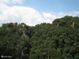 Sorano, uitzicht op San Rocco (zie plateau links). U kunt vanauit ons huis daar naar toe lopen door de Via Cava.