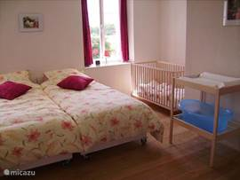 slaapkamer en kinderbed