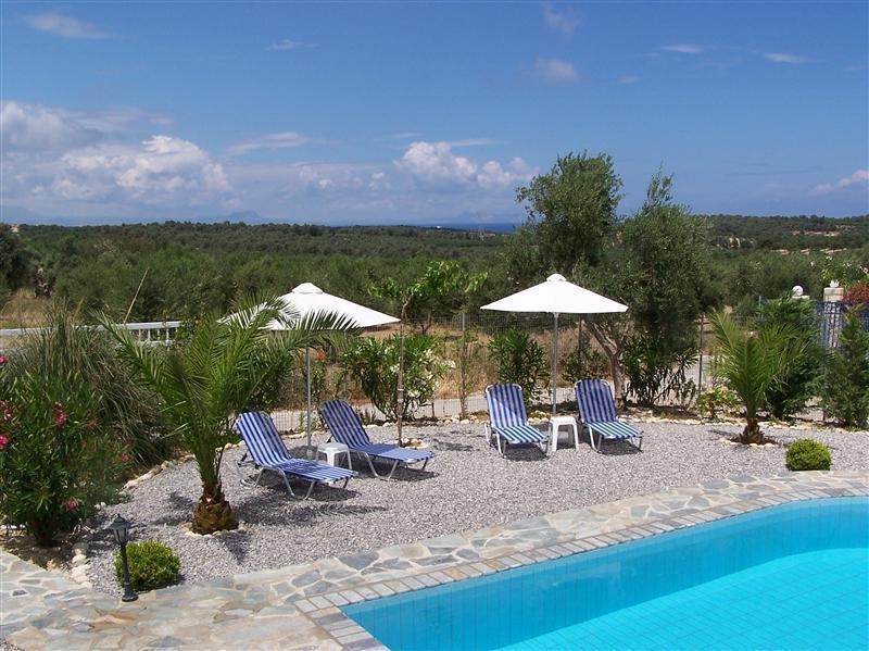 Luxury villa with swimming pool in Crete in authentic Greek village at 3 km from sea, now from € 1064 for € 770 per week all in.