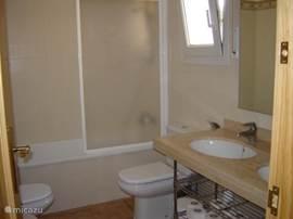 grote badkamer met wc, bidet en ligbad