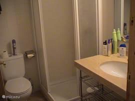 2e badkamer met wc en douche