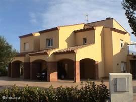 4 onder 1 kap voorzijde, carport, appartement Los Arcos 19 rechts boven