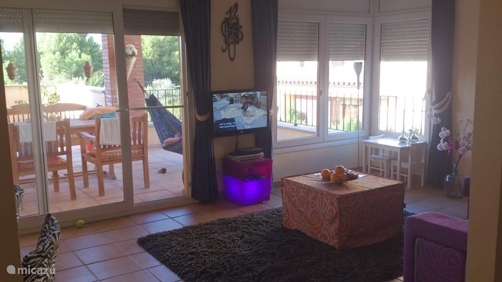 Zitkamer, TV met Nederlandse zenders