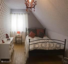 De Ringelzimmer een slaapkamer met uitstraling! Een 2-persoonsbed een brocante kastje en een kaptafel voor de dames. In deze slaapkamer bevindt zich tevens een aansluiting voor uw laptop.