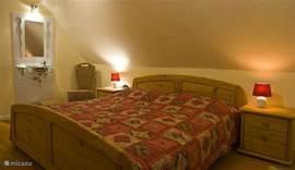 De Bauernzimmer, lekker ruim met een 5-deurs kast om uw kleding in op te bergen. Vanuit de slaapkamer heeft u een mooi uitzicht over de tuin met aangrenzende beek!