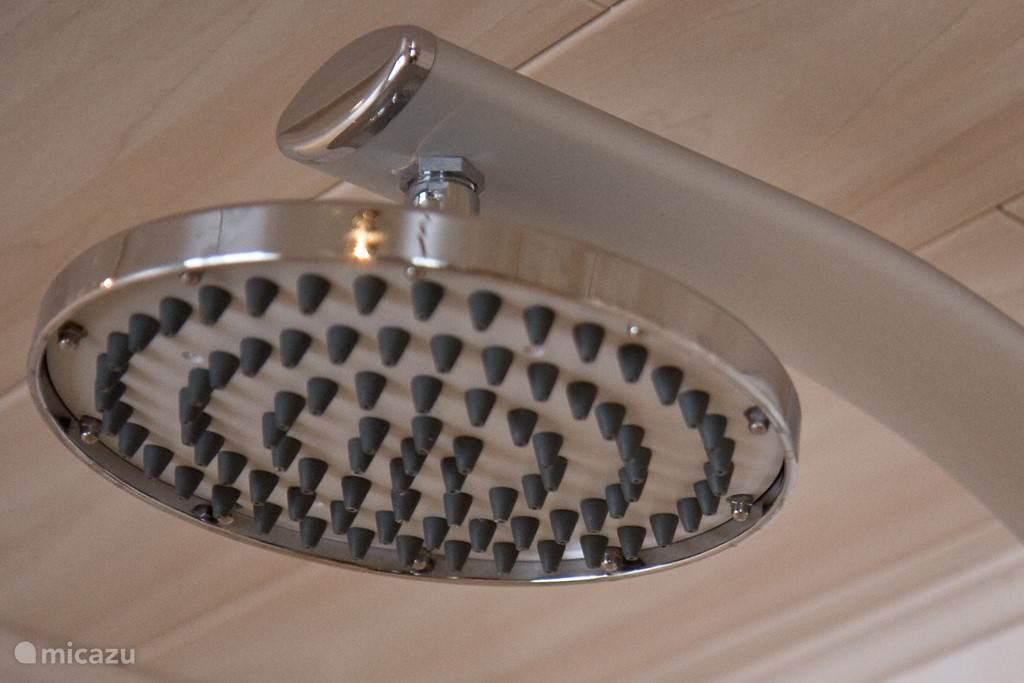de rainshower-douchekop in onze riante douche