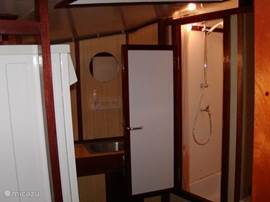 Dames wasruimte met douche, wasmachine,droger en 2e koelkast plus vriezer ( 3 lades )