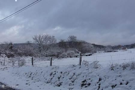 sneeuw weiland vanf de oprijlaan gezien