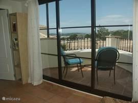 Villa Alegria, Costa Blanca, Finestrat Spanje - Ruim terras grenzend aan hal boven met zicht op Vilajoyosa en Alicante