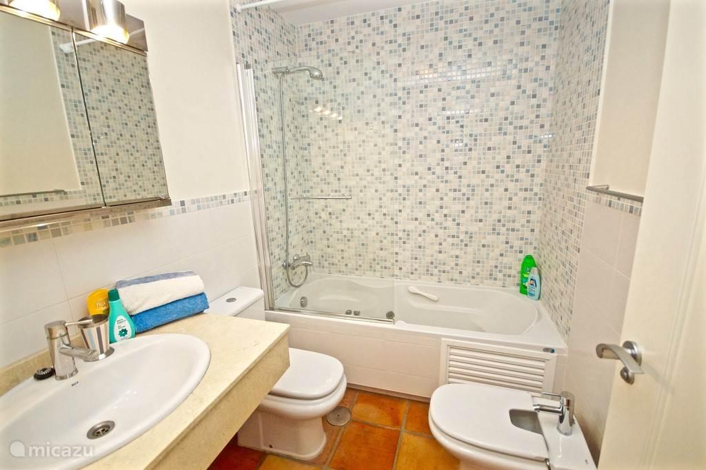 Villa Alegria, Costa Blanca, Finestrat Spanje - Badkamer en suite hoofdslaapkamer met hydromassagebad