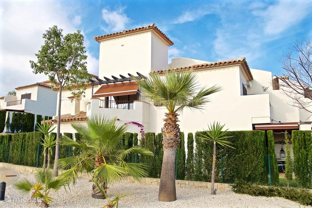 Villa Alegria, Costa Blanca, Finestrat Spanje - Zijkant huis en tuin