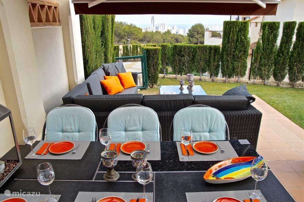 Villa Alegria, Costa Blanca, Finestrat Spanje - Terras aan woonkamer met lounge set en fantastisch uitzicht op zee