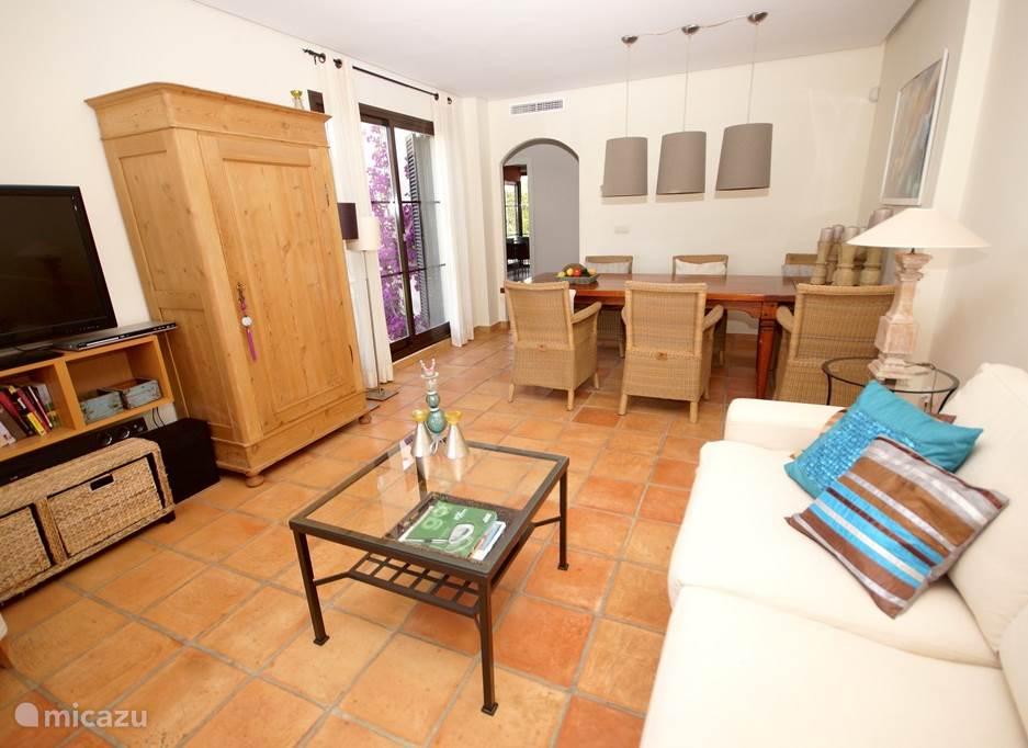 Villa Alegria, Costa Blanca, Finestrat Spanje - Woonkamer met satelliet tv en zicht naar hal