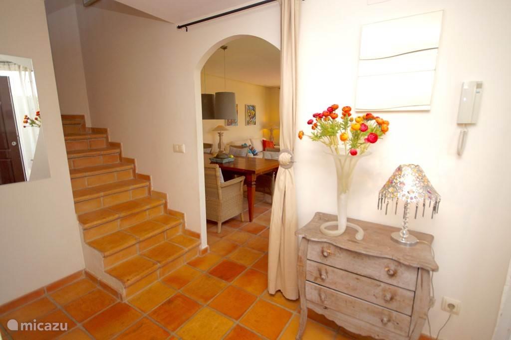 Villa Alegria, Costa Blanca, Finestrat Spanje - Hal bij voordeur, recht woonkamer, links slaapkamer en badkamer