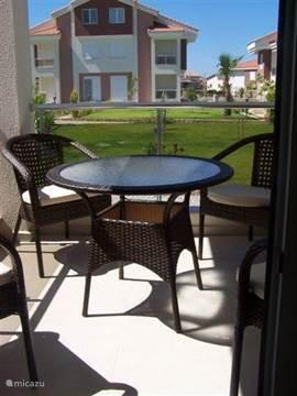 terras beneden, waar t goed ontbijten is. s Avonds staat de zon er niet, dus wij eten nooit binnen!