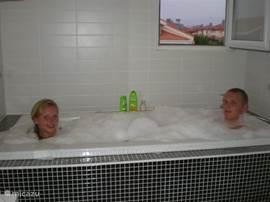 Groot bad met jakuzi op de bovenste verdieping voor een romantische bubbelpartij!