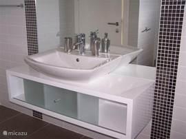 Luxe wastafels in de drie badkamers. Dit is de wastafel boven nabij de jakuzi.
