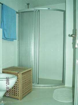 Badkamer 2 met ruime douche cabine