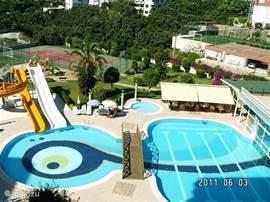 Zwembad met kinderglijbanen