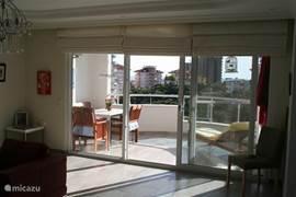 Woonkamer met balkon (ZW)