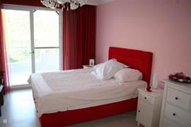 Slaapkamer 1 met balkon (NO)