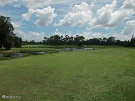 De golfbaan tegenover de villa